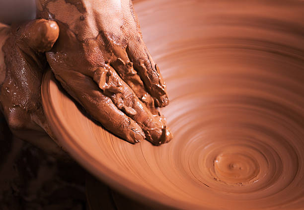 """hände der jungen potter, hergestellt wurde auf verschiedene pot """". - keramik vase stock-fotos und bilder"""