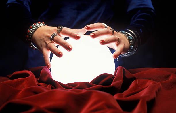 mains sur éclatante de bal crystal - boule de cristal photos et images de collection