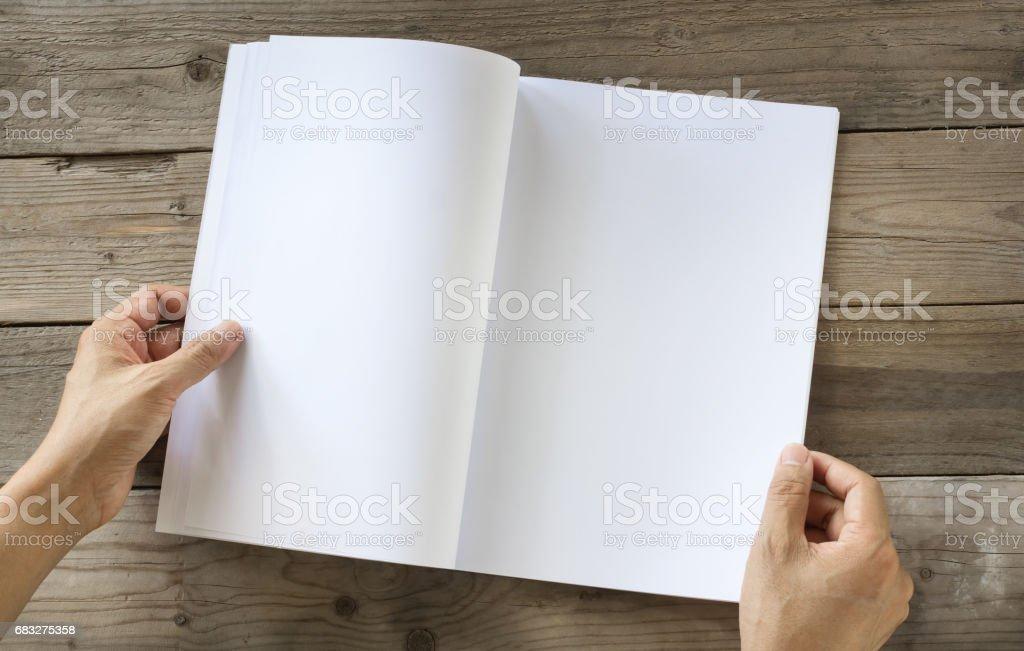 手開く空白のカタログ、雑誌、本モックアップ木製のテーブルの上 ロイヤリティフリーストックフォト