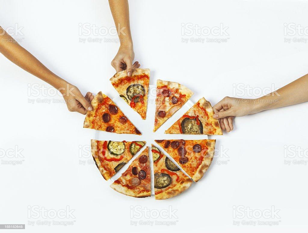 Hände pflücken Portionen pizza – Foto