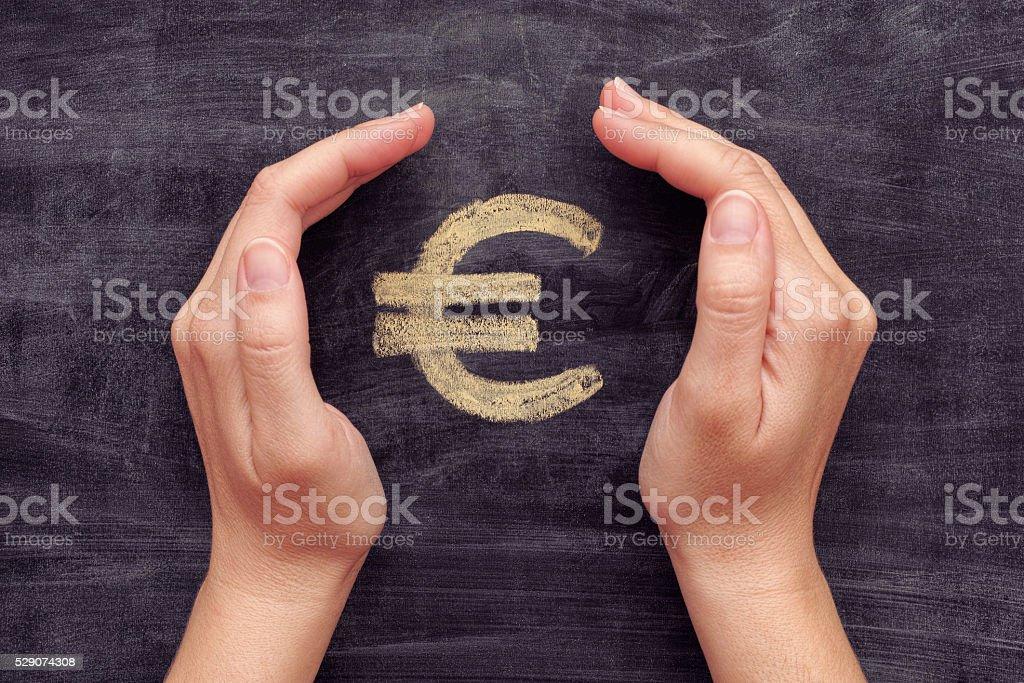 Dibujados a mano de la protección del euros sobre fondo negro chalkboard señal - foto de stock