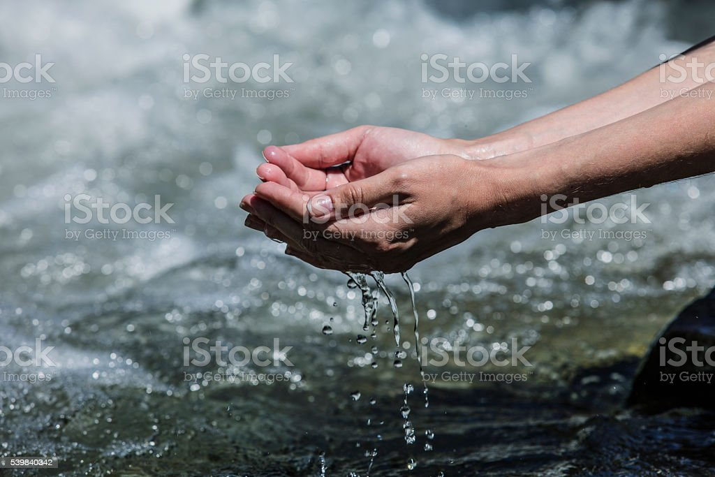 Manos sachibalaya agua limpia desde el burbujeante a las montañas - foto de stock
