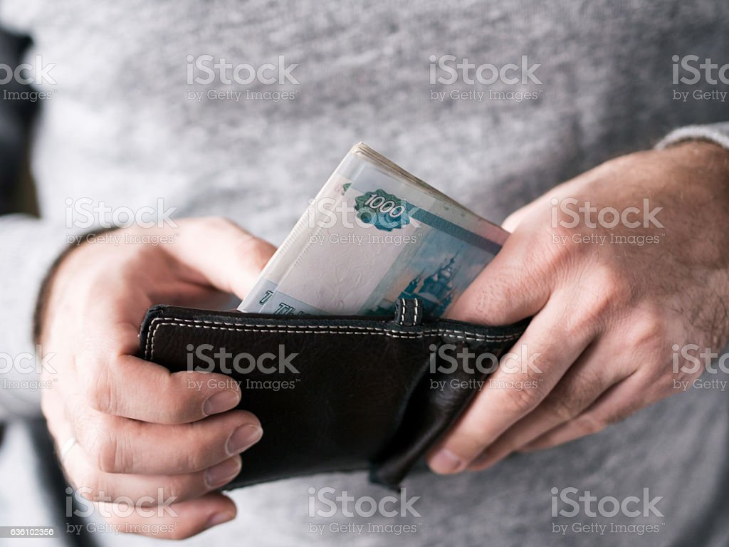 Hands take out russian rubles from wallet - foto de stock