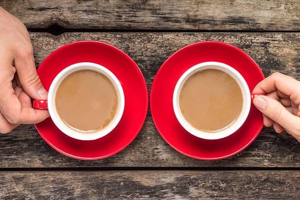Hände, die Tasse Kaffee auf Holz Hintergrund – Foto