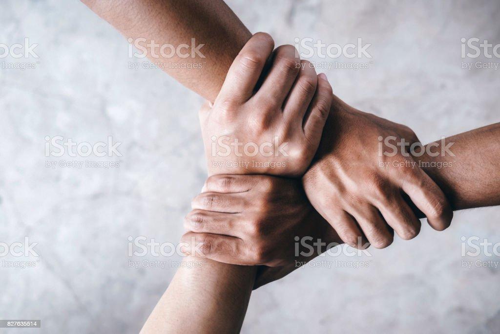 Mãos juntas mostrando o trabalho em equipe. - foto de acervo