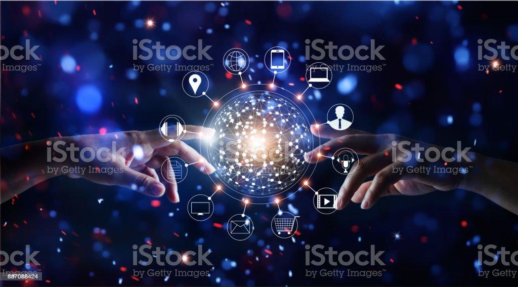 Manos tocar conexión global y el icono cliente redes de intercambios de datos en brillo brillante luces de colores de fondo - foto de stock