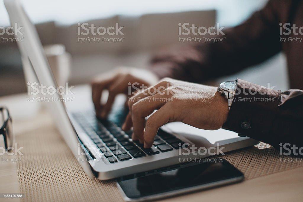 Hände Tippen auf laptop-computer - Lizenzfrei Akademisches Lernen Stock-Foto