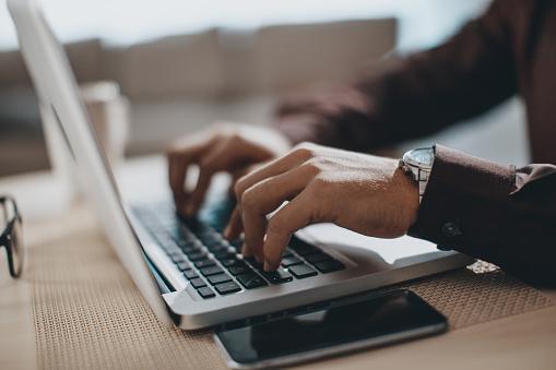 Hände Tippen Auf Laptopcomputer Stockfoto und mehr Bilder von Akademisches Lernen