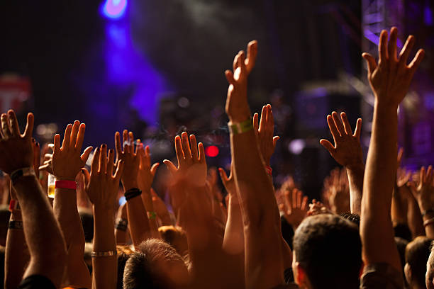 Mains jusqu'au concert - Photo