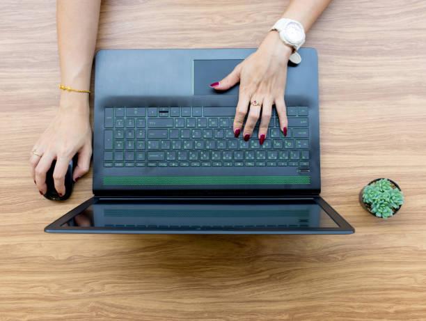 hände-benutzer von laptops auf schreibtisch tisch - popup cards stock-fotos und bilder