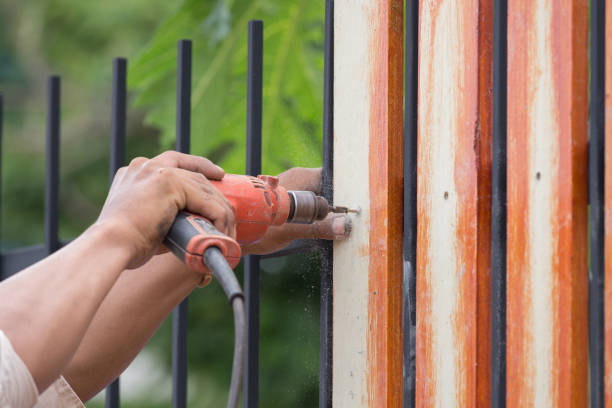 hands using electric drill on fence wood – Foto