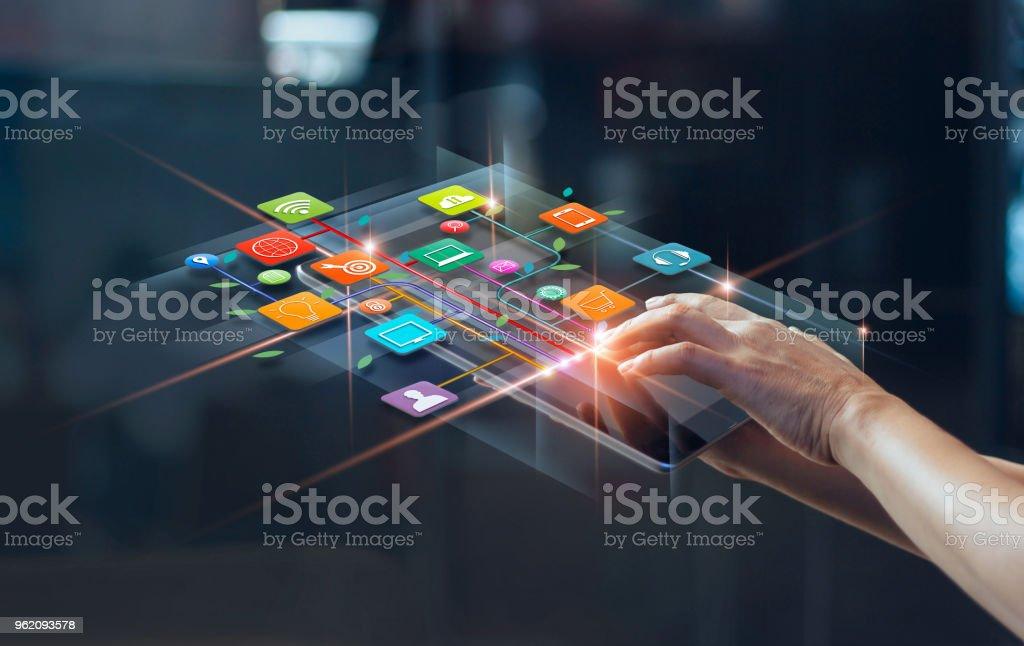 Hände mit Zahlungen per Mobiltelefon, digitales Marketing. Banking-Netz. Online-shopping und Symbol Kunden Netzwerk Verbindung auf virtuellen Bildschirm, Business-Technologie-Konzept - Lizenzfrei Am Telefon Stock-Foto