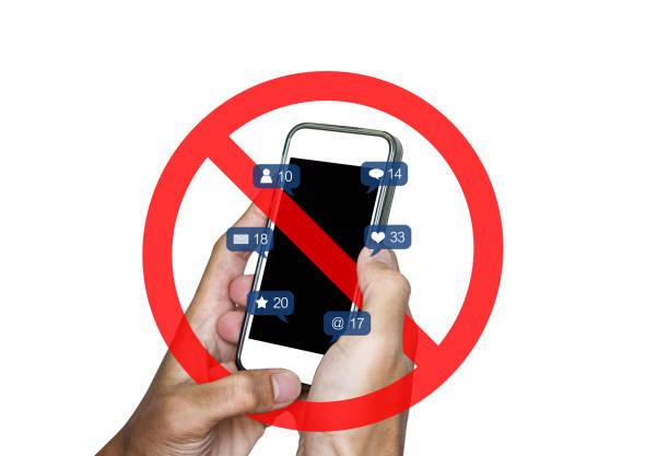 와 모바일 스마트 폰 및 소셜 미디어, 소셜 네트워크 알림 아이콘을 사용 하 여 손 기호, 흰색 바탕에 격리를 허용 하지 - 금지됨 뉴스 사진 이미지