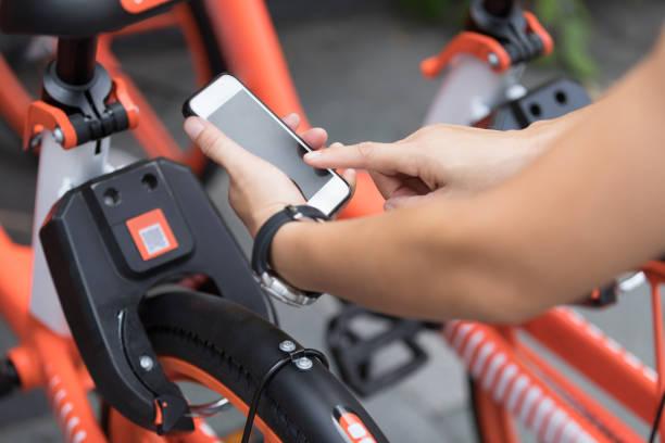 Hände mit Smartphone scannen den QR-Code von Shared Bike in der Stadt – Foto