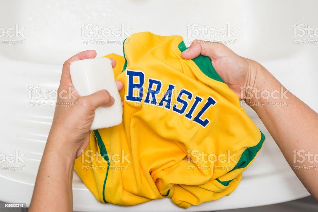 Camisa amarela brasileira de lavagem de mãos - foto de acervo
