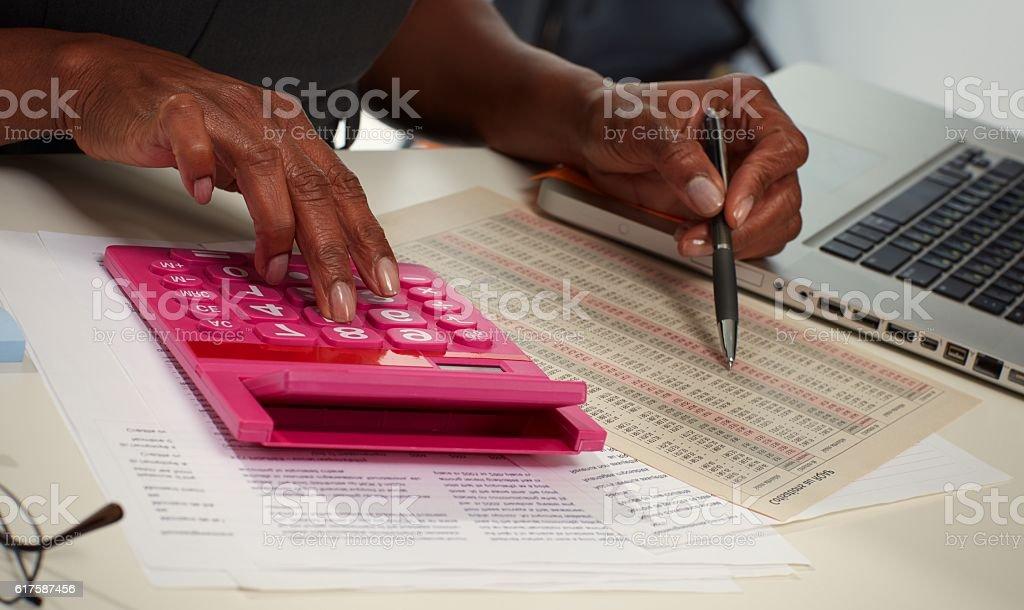 Hands with calculator. – Foto