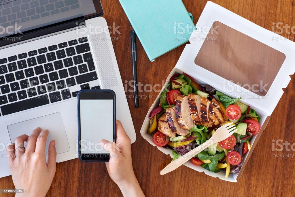 Hände arbeiten am Laptop und Telefon mit Take away – Foto