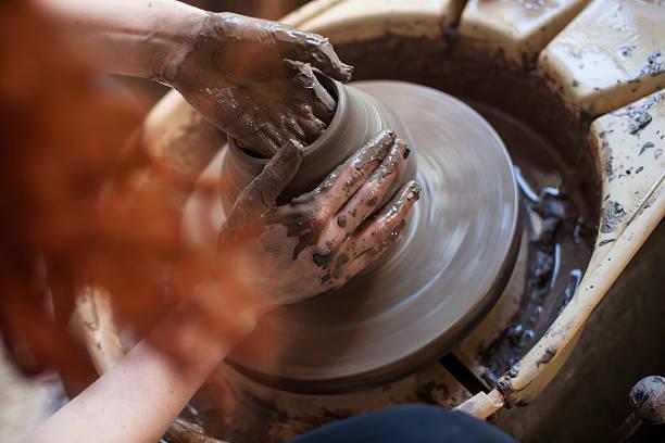 hände arbeiten auf töpferscheibe - keramik vase stock-fotos und bilder