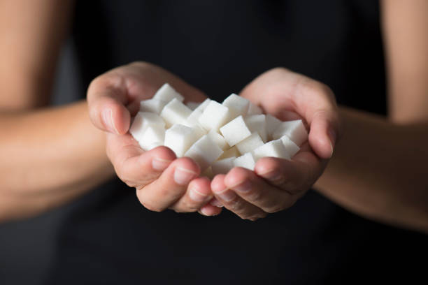 handsfull zucker - würfelzucker stock-fotos und bilder