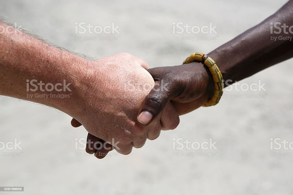 Handshake zwischen einem kaukasischen und einer afrikanischen – Foto