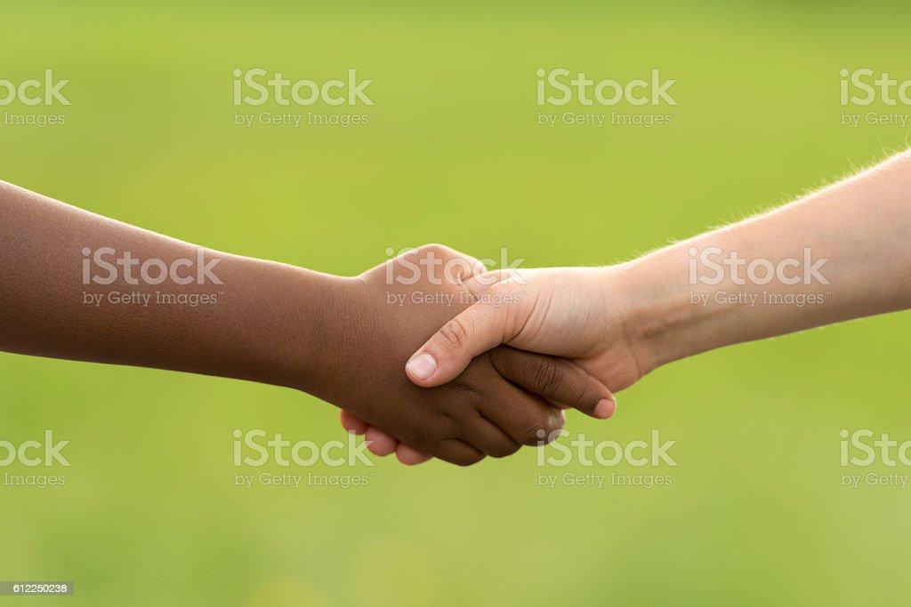 handshake between black and white boy - Photo de 8-9 ans libre de droits