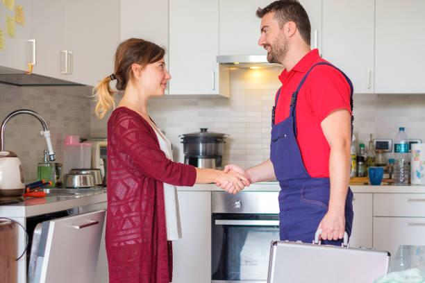 Handshake zwischen Frau und gute Klempner Kundendienst – Foto