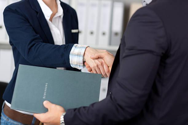 Geschäftsleute Händeschütteln im Büro – Foto