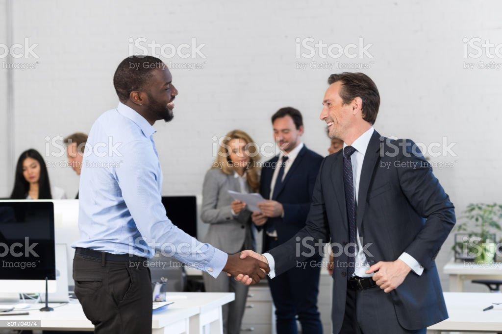 Handshake, Geschäftsleute Händeschütteln bei treffen, Vereinbarung vor Geschäft Leute Diskussion des Vertrages im Büro, zwei Führer über Geschäftsleute Team – Foto