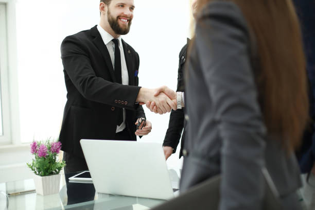 Handshake von Geschäftspartnern nach Diskussion, das Finance-Projekt – Foto