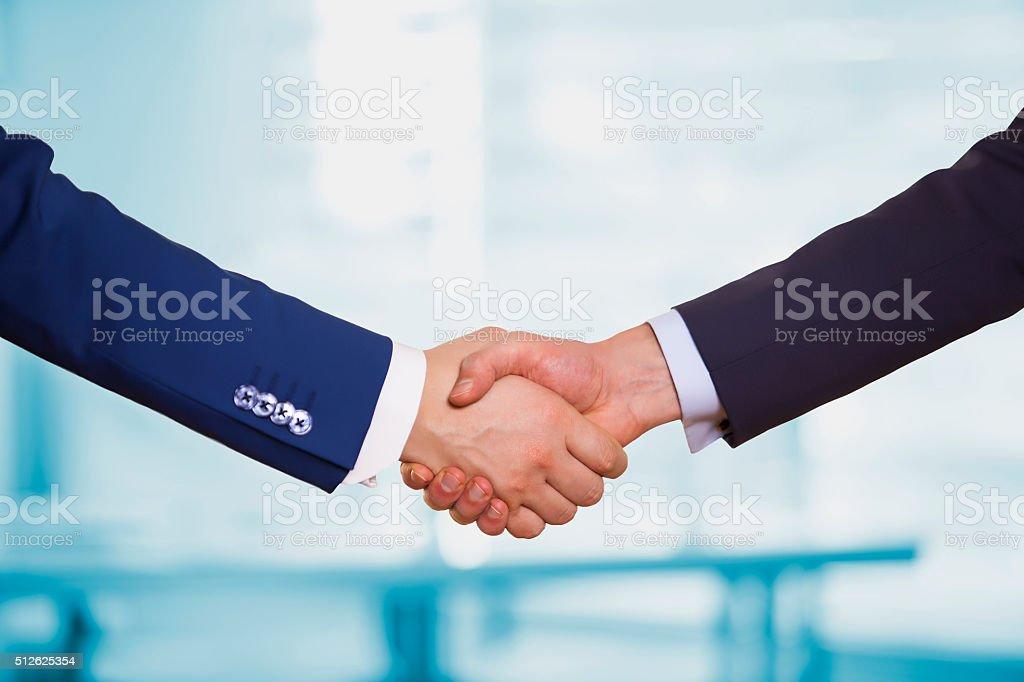 Estrechar las manos - foto de stock