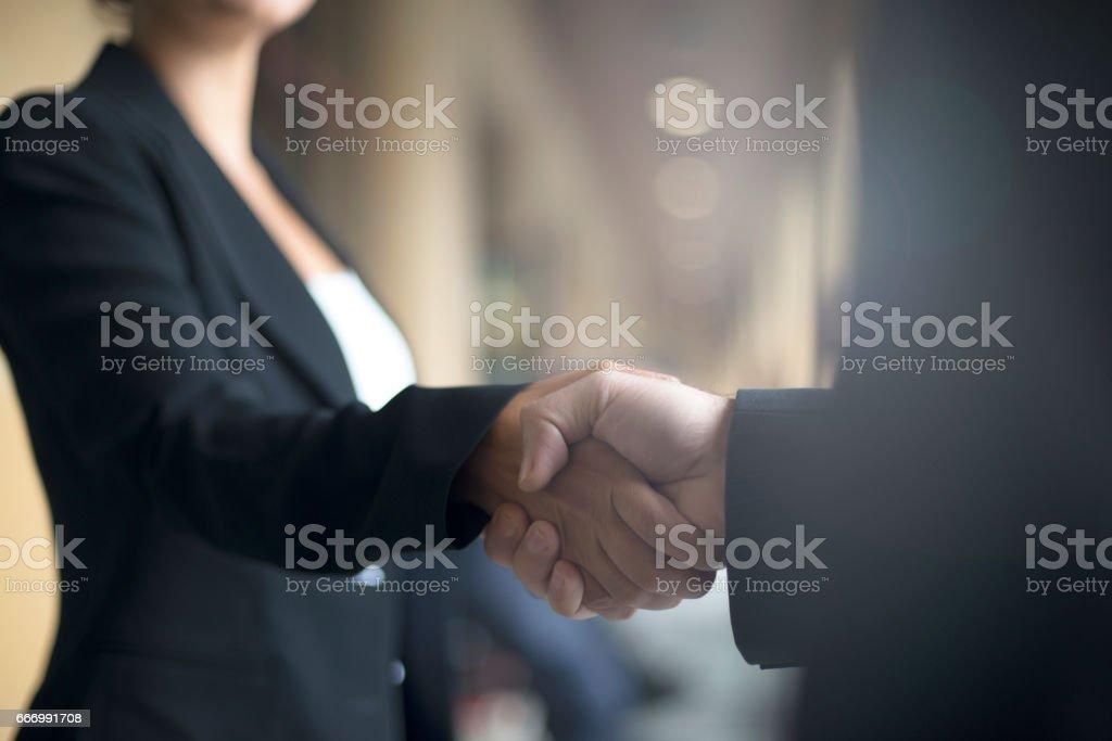 Apretón de manos - foto de stock