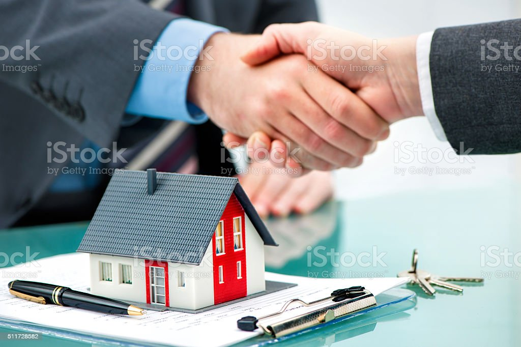 Handshakes with customer after contract signature​​​ foto