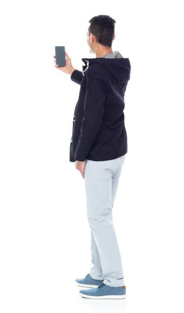 Hübsches afroamerikanisches Männchen, das auf weißem Hintergrund steht-mit einem Selfie – Foto