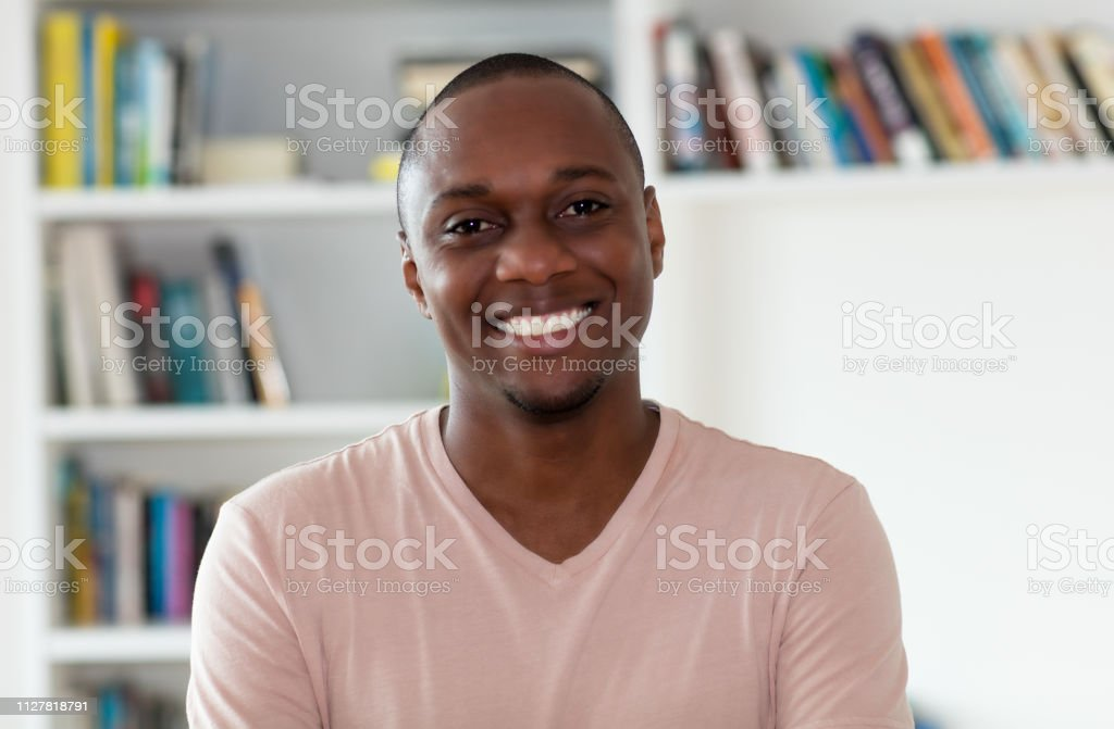 Guapo hombre del afroamericano con la cabeza calva - foto de stock