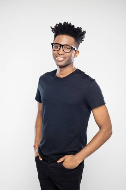 Hübscher Afro amerikanische Mann in schwarz casuals – Foto