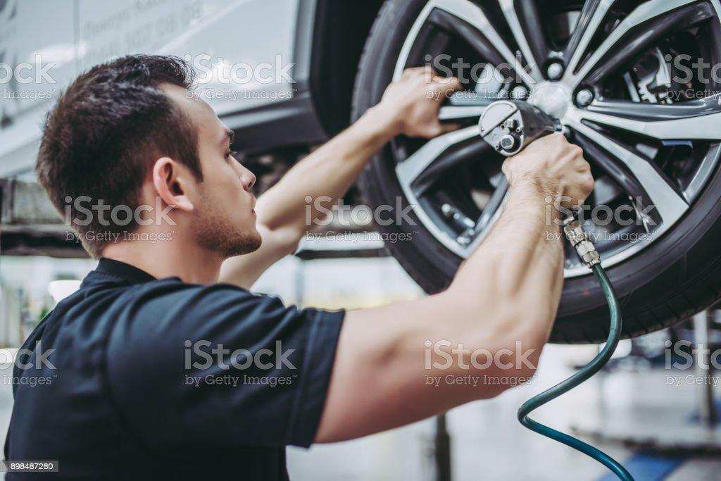 Mecánica de servicio de auto guapo. - Foto de stock de Adulto libre de derechos