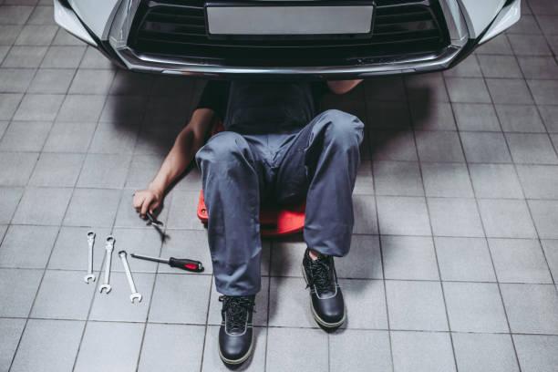 handsome auto service mechanics. - poniżej zdjęcia i obrazy z banku zdjęć