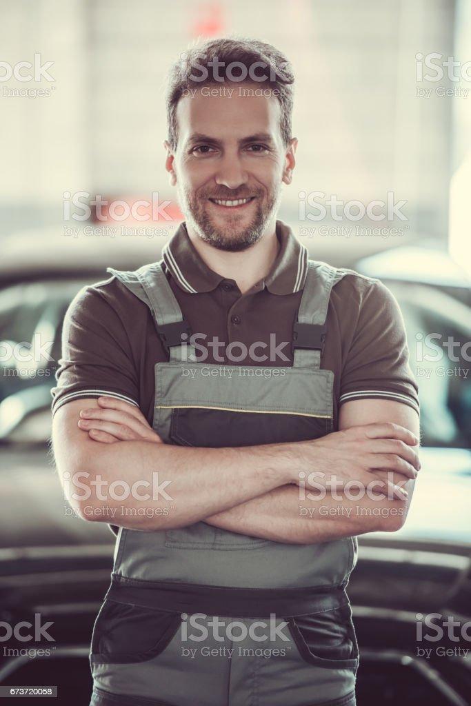 Handsome auto service worker photo libre de droits