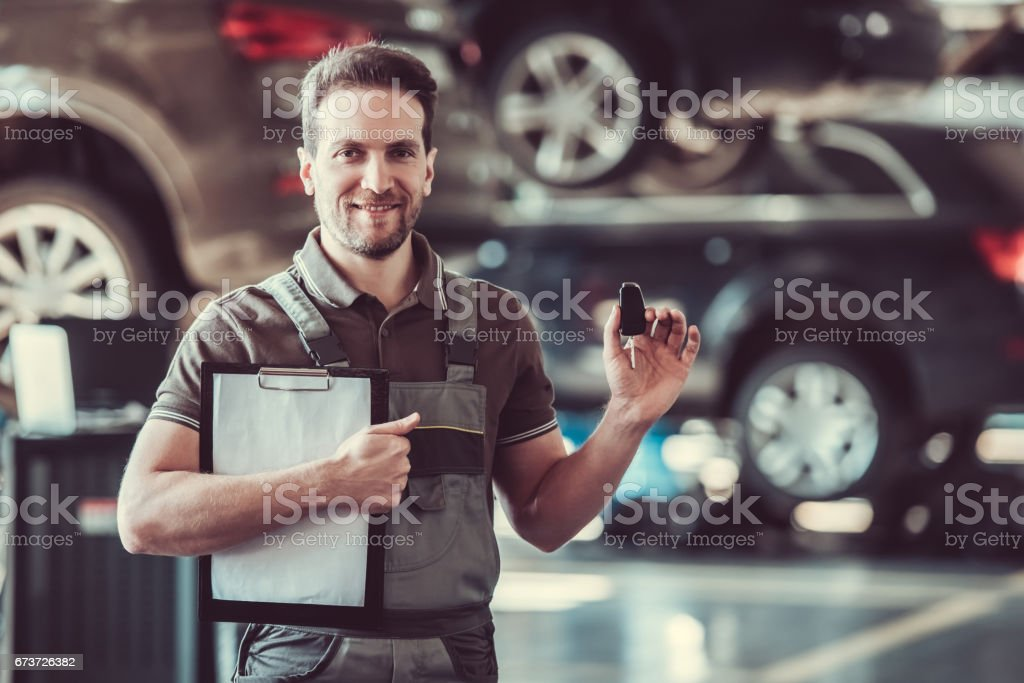 Handsome auto service worker photo libre de droits