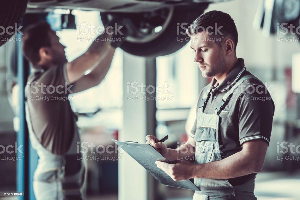 Handsome auto service workers photo libre de droits