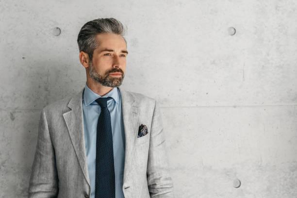 gut aussehend bärtigen Geschäftsmann vor Betonwand – Foto