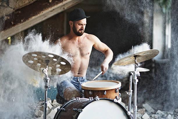 Handsome bearded guy plays drums - foto de acervo