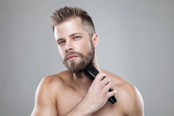 Hübscher bärtigen Mann seinen Bart mit einem Trimmer trimmen – Foto