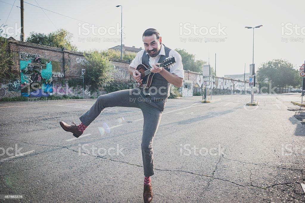 Bonito grande bigode hipster homem tocando Bandolim - foto de acervo