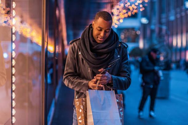Schöner schwarzer Mann beim Weihnachts-Shopping – Foto