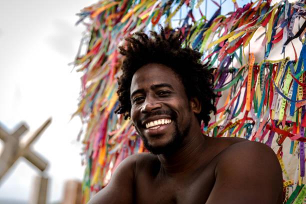 homem bonito brasileiro africano em salvador, bahia - sorriso carnaval - fotografias e filmes do acervo