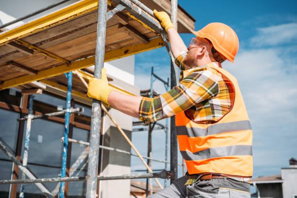 gut aussehend Baumeister Klettern am Gerüst auf Baustelle – Foto