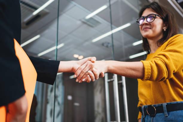 Handsome Business-Frauen Händeschütteln nach erfolgreichen Deal. Positiver Arbeitsmoment. Glückliche Geschäftsleute partnerschaften Handshake-Meeting-Konzept – Foto