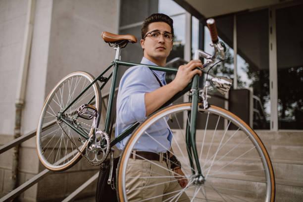 gut aussehend geschäftsmann, tragen seine fahrrad - fahrradträger stock-fotos und bilder