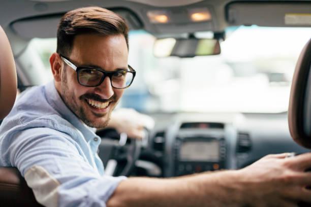 Gut aussehend Geschäftsmann Autofahren zu arbeiten – Foto
